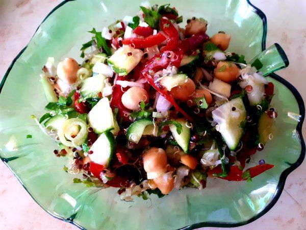 Salata de cruditati cu quinoa si naut